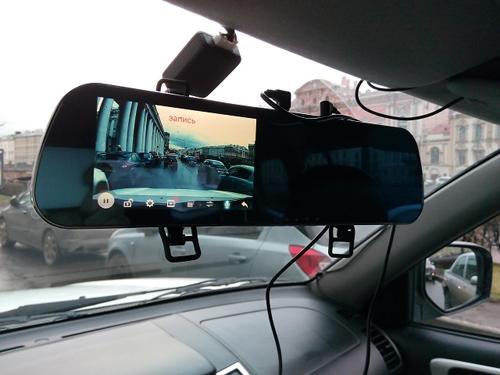 Автомобильный видеорегистратор в зеркале